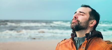 Schnupfen ist wirklich lästig: Ist die Nase zu, fällt das Atmen schwer – und das kann den Betroffenen zum Beispiel vom Einschlafen abhalten. Nasenspray sorgt dafür, dass Sie wieder frei durchatmen können.