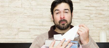 Durch einen Schnupfen wird nicht nur die Nasenschleimhaut gestresst, sondern auch die Haut am vorderen Bereich der Nase. Eine wunde, schmerzende und gerötete Nase ist die Folge. Ihre Nase und Ihre Nasenschleimhäute bedürfen jetzt besonderer Pflege. hysan® Nasensalbe leistet Abhilfe. Hier finden Sie die besten Tipps für die Anwendung.