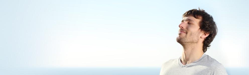 Damit sich unsere Nase wohlfühlt und seine Funktion erfüllen kann, muss die Nasenschleimhaut gut befeuchtet sein. Allerdings kann es durch verschiedene Faktoren passieren, dass die Schleimhaut austrocknet. Die Folge: Eine trockene Nase. Das Riechorgan juckt, brennt oder blutet sogar. Erfahren […]